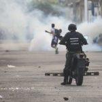 Las fuerzas chavistas reprimen a los manifestantes en los pasos fronterizos y dejan un muerto y al menos seis heridos