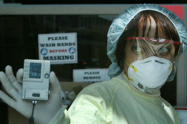Una trabajadora de salud en Toronto (REUTERS/Mike Cassese)
