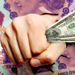 Dólar hoy: la cotización libre bajó a $175 y la brecha con el oficial se redujo a 123%